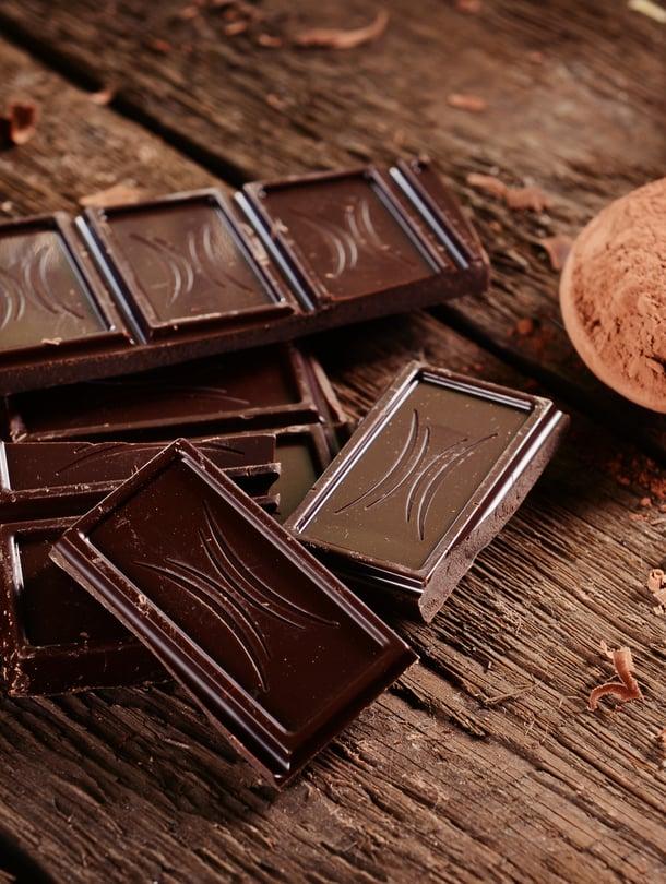 Tummassa suklaassa on enemmän enemmän kaakaojauhetta kuin vaaleassa, ja siten myös enemmän antioksidantteja.