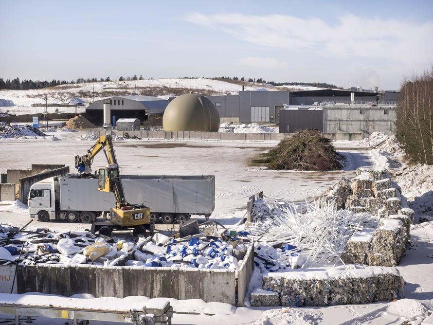 Jätekeskus levittäytyy 70 hehtaarin alueelle. Taustalla on biokaasulaitos Labion kupoli. Kujalan käsittelemä, uusiokäyttöön kelpaamaton energiajäte roihuaa Lahti Energian Kymijärven kaasuvoimalaitoksessa.