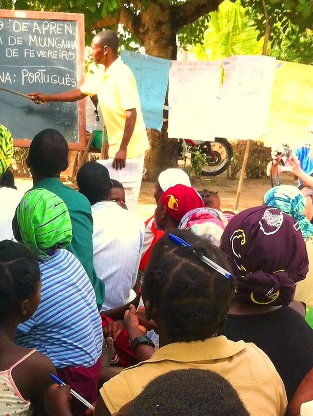 Mosambikilaisessa kylässä aikuiset opiskelevat innokkaasti lukemaan.