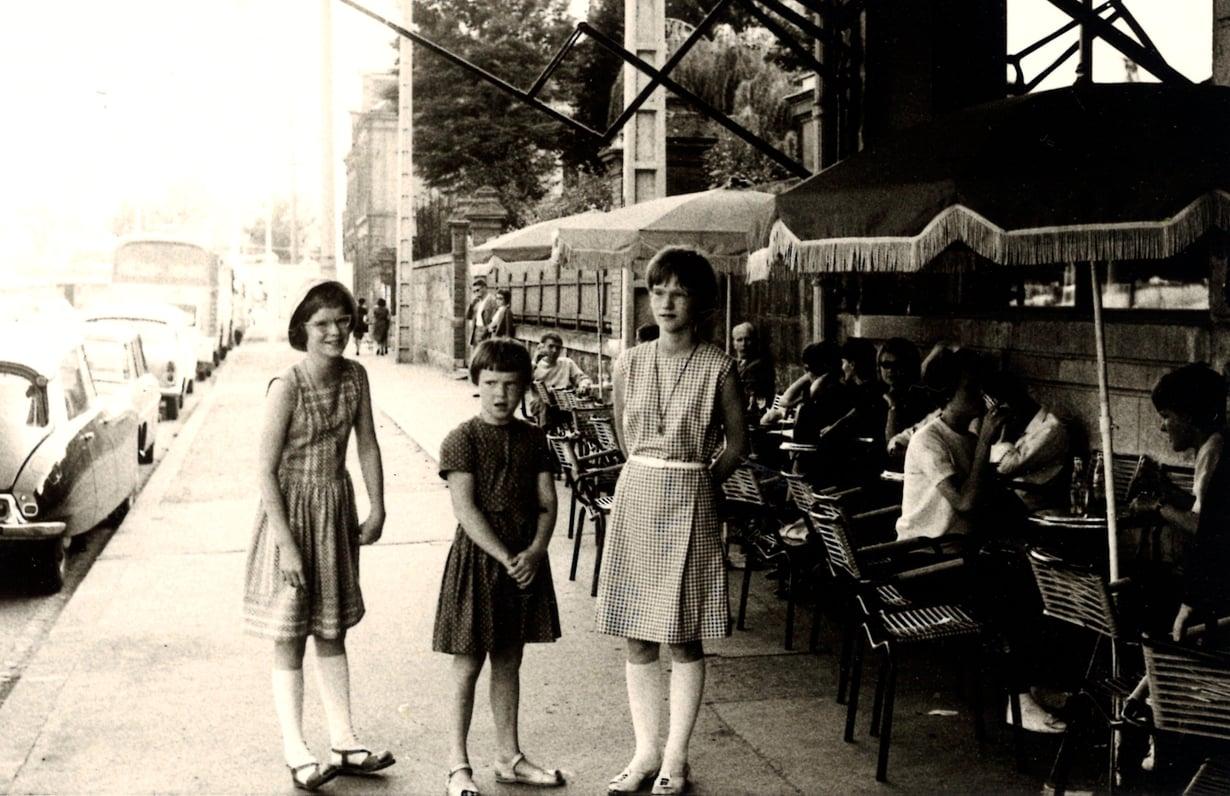 14-vuotias Helena Ahopelto odottaa Pariisissa hotelli Avenirin edustalla bussia. Kuvassa myös siskot Eliisa, 12, ja Marjatta, 9.