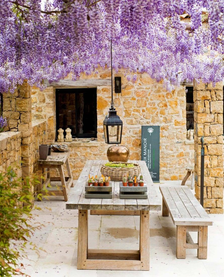 Ateriahetki keväisin kukkivien sinisateiden alla on kuin hempeimmistä päiväunista.