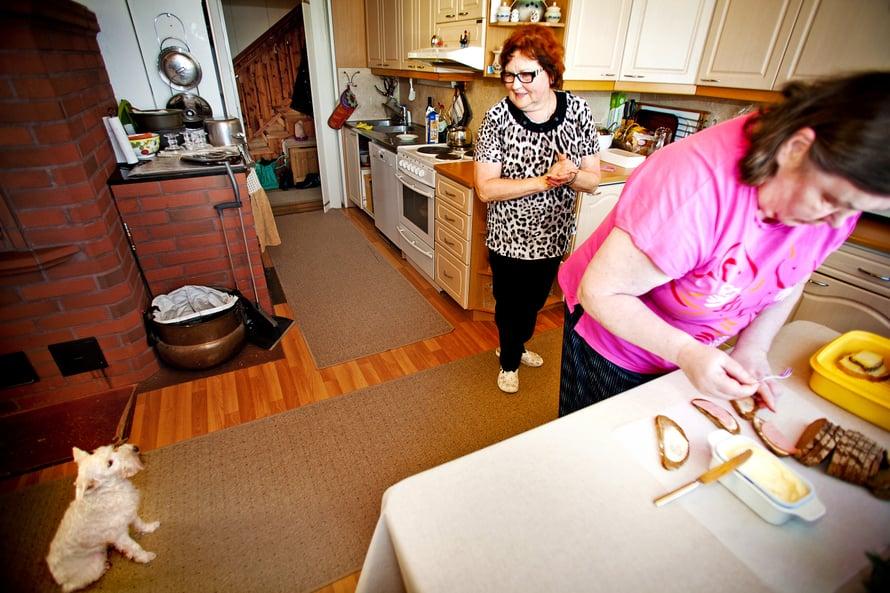 Marjut pelkää vettä, mutta hänellä on auttavainen tahto. Kun päivän kotimainen elokuva on katsottu, hän laittelee mielellään leipiä. Snautseri Ruby hoitaa mallikkaasti terapiakoiran tehtävää.