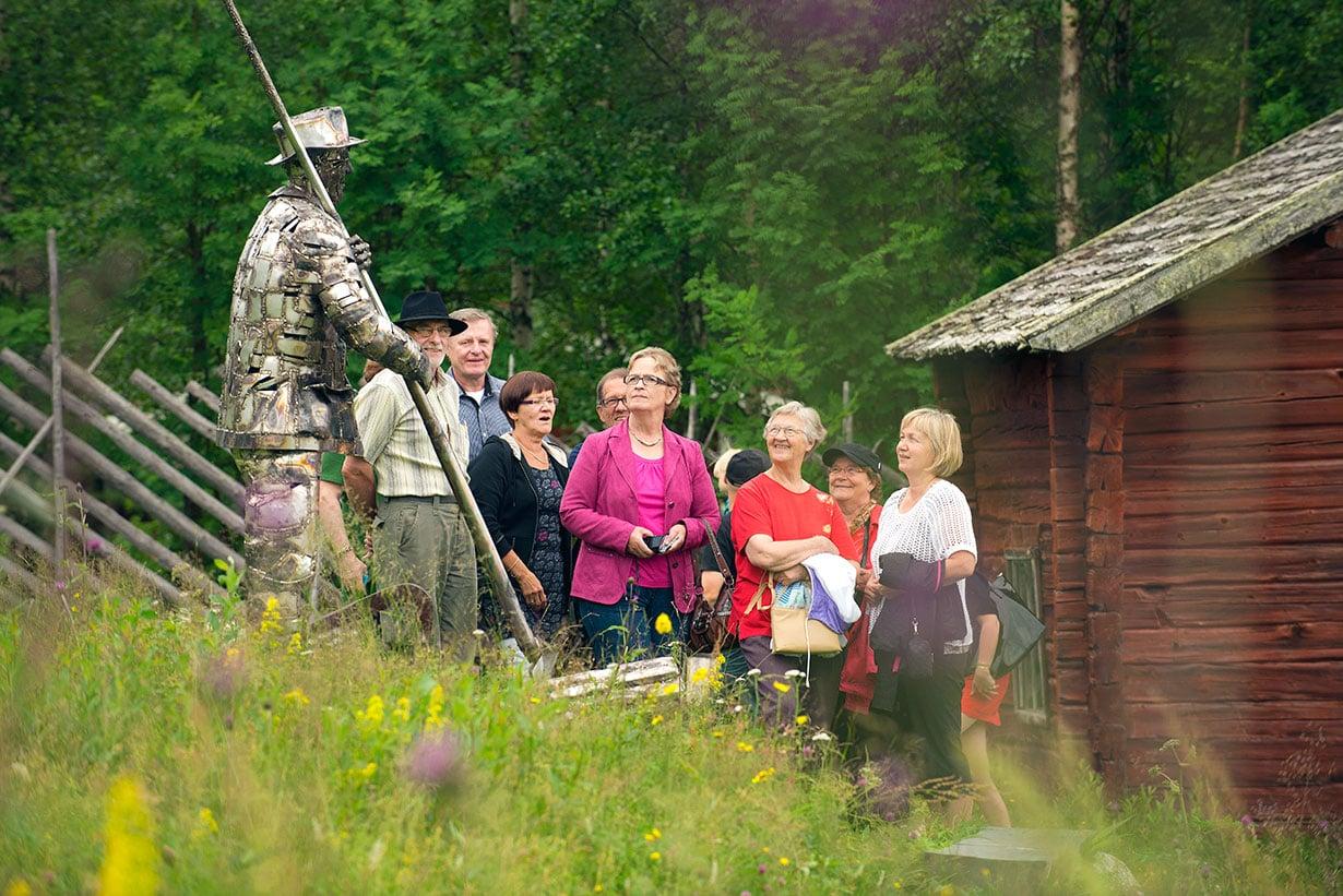 Kalajokilaakson metsänhoitoyhdistys  ihasteli Kalle Päätalon lapsuudenkodin maisemia kesällä 2013.