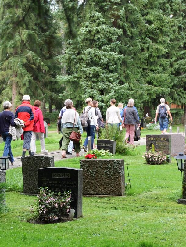 Laulujen kävely -hautausmaakierroksen aikana kuultiin Malmin hautausmaalle haudattujen suomalaisten taiteilijoiden tunnetuksi tekemää musiikkia.