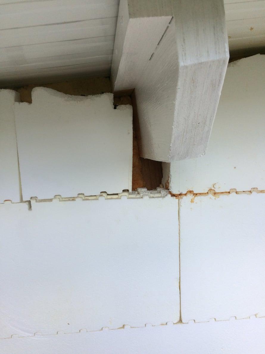 Kattotuolien alle jääneet harkkojen saumat ja -aukot on täytettävä harkkopalasilla ja uretaanivaahdolla ennen rappausta.