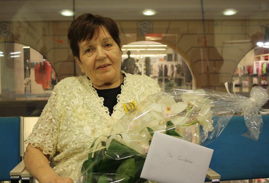80-vuotias Ilmi Tanskanen on työskennellyt viimeiset 10 vuotta Prisman kassalla.