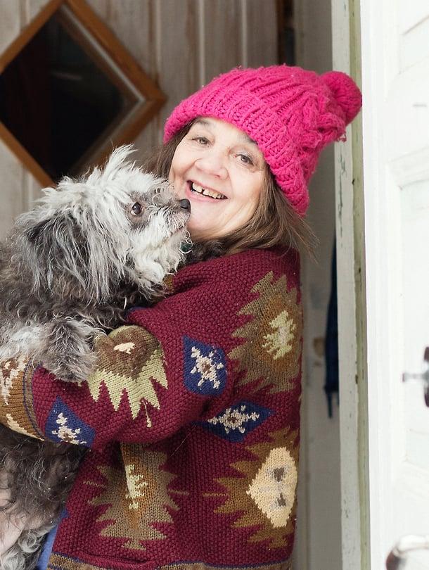 Kuvaitaitelija Kaarina Kaikkonen ZIppo-koiransa kanssa.