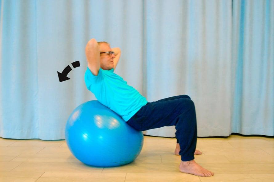 VOIMAA VATSALIHAKSIIN. Asetu selinmakuulle jumppapallon päälle siten, että selän keskiosa nojaa palloon, mutta hartiat ja pää ovat vähän irti pallosta. Aseta jalat tukevasti leveään haara-asentoon ja risti kätesi rinnalle tai niskan taakse. Nosta nyt yläkehoa irti pallosta, pidä hetken kohollaan ja laske takaisin. Toista liike 5 kertaa tai niin monta kertaa, että liike tuntuu vatsan seudun lihaksissasi.