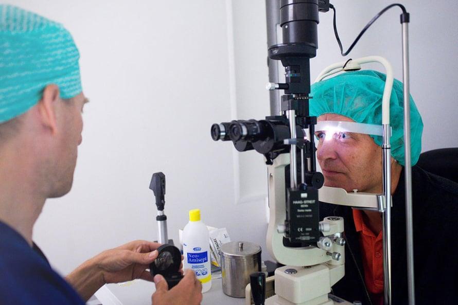 Leikkaava lääkäri Petri Oksman tutkii Riston silmät ennen operaatiota.