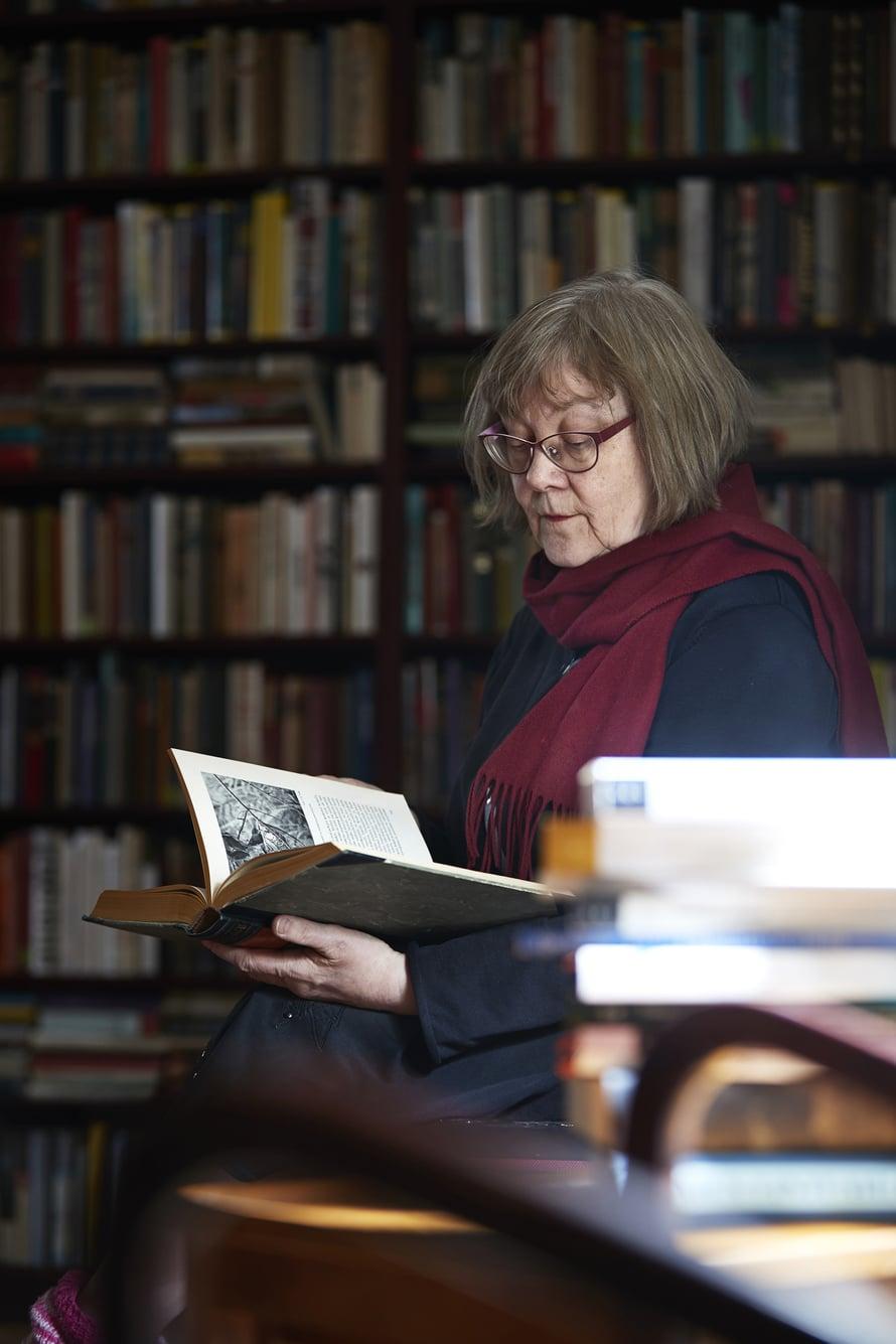 """Pirkko Nuolijärvi ei halua eläkkeelle kielestä eikä sen tutkimisesta. """"Tein väitöskirjani 1980-luvulla Helsinkiin muuttaneiden kielestä. Haluan tietää, mitä heille kuuluu eläkeiässä."""