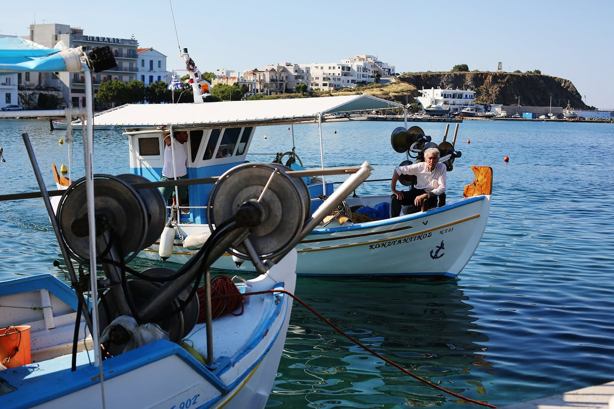 Kalastajat saapuvat saaliineen Tinoksen pääkaupungin satamaan varhain aamulla.