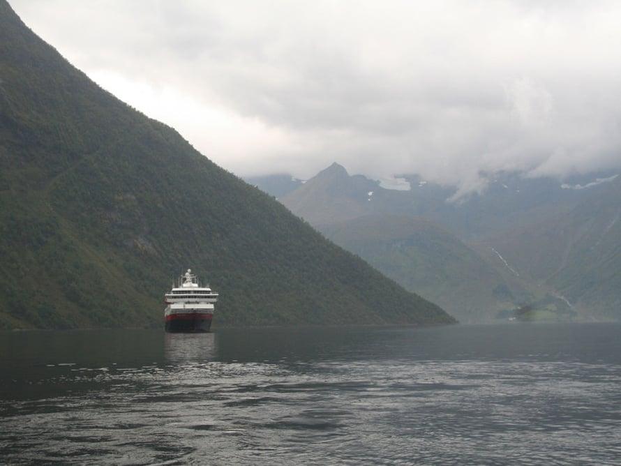 M/S Nordkapp lipuu Hjørundfjordiin, 35 kilometriä pitkään vuonoon. Näkymät ovat sanoin kuvaamattoman upeat tunturien sylissä, jyrkkiä kallioseinämiä ja vihreitä niittyjä ihaillen.
