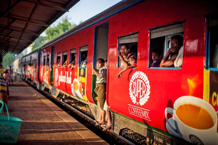 Kahden tunnin kierros Yangonin kehäradalla on kurkistus burmalaiseen arkeen. Ihmisiin on helppo tutustua.