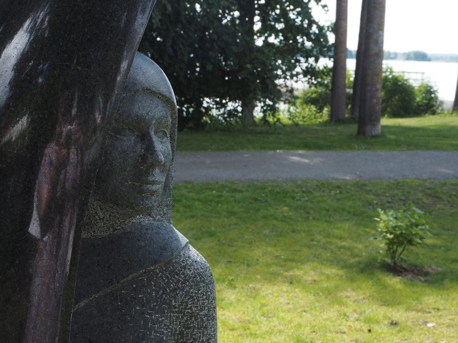 Joni Saarelan veistokset Pohjolan morsian (ylempi kuva) ja Mustaleski.