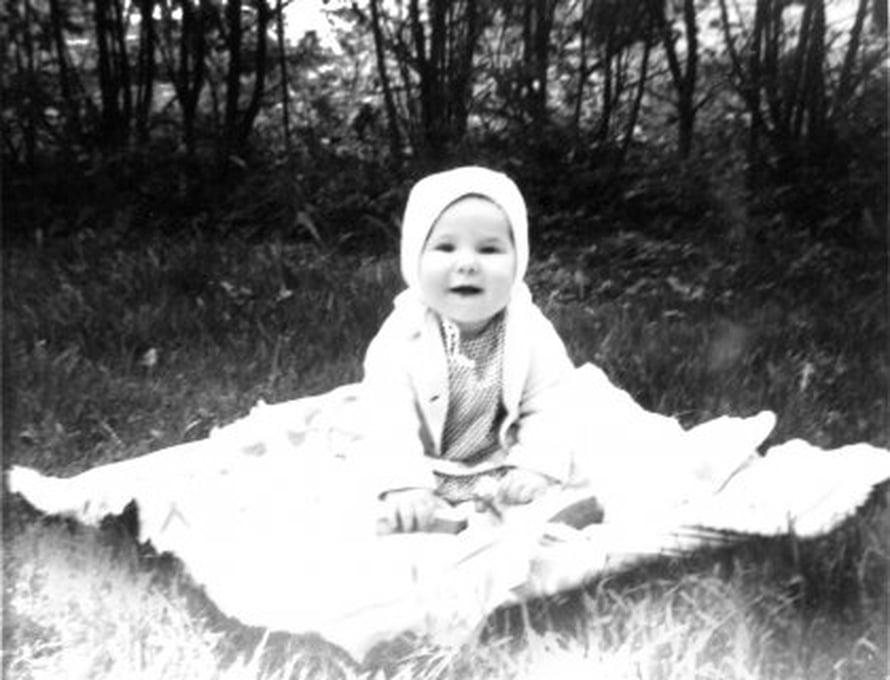 Arja Aholan Mila-tytär puettiin äitiyspakkauksen paitoihin, mutta myös äidin ompelemiin vaatteisiin.