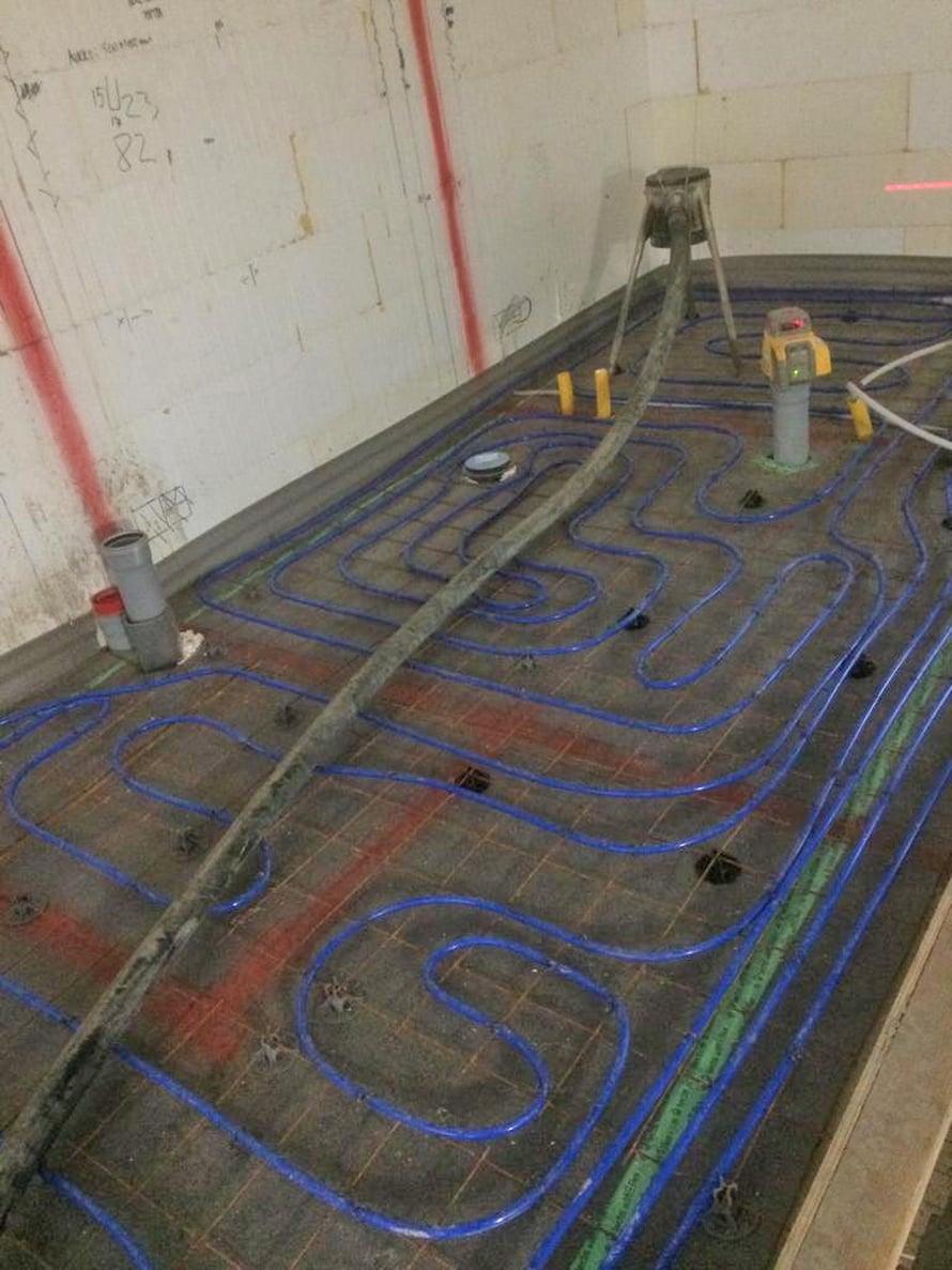 Lattialämmityksen putket kannattaa kuvata monelta suunnalta ennen lattiavalua. Kuvassa lattiaan on merkitty spray-maalilla ruokavarasto (pantry), kylpyhuone ja taaimmaisena vaatehuone.