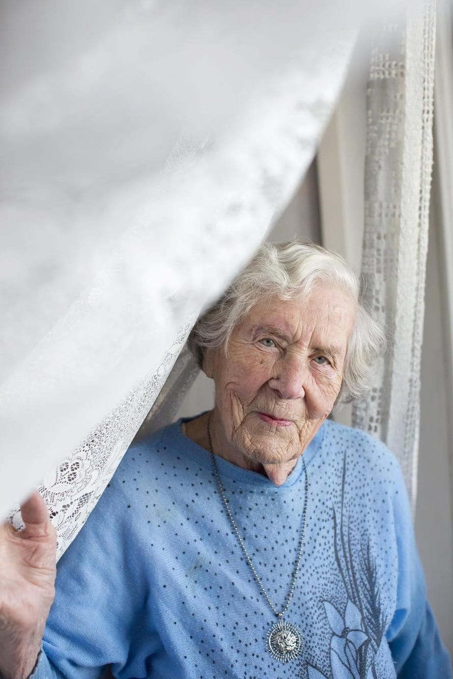 Elli Pöyhönen ei ole puolessa vuosisadassa ehtinyt kyllästyä olohuoneestaan avautuvaan maisemaan.