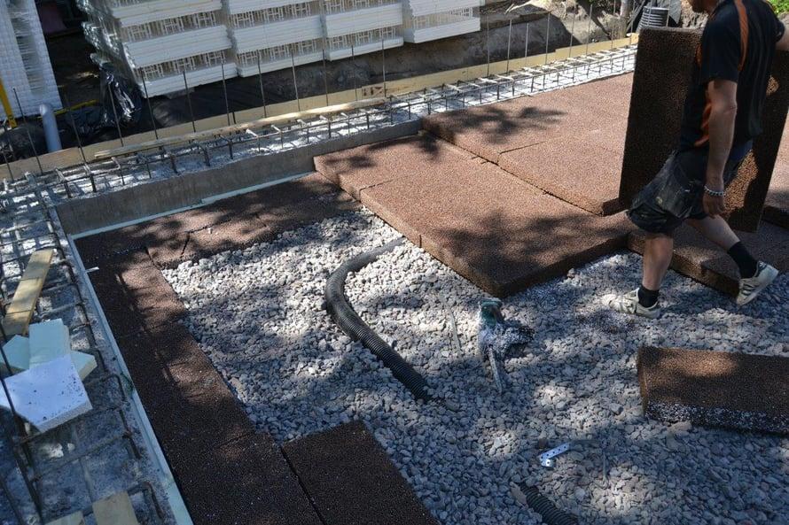 Ennen lattialaatan valua sorapedin päälle ladotaan Isodrän-eristelevyt lomittain kahteen kerrokseen.