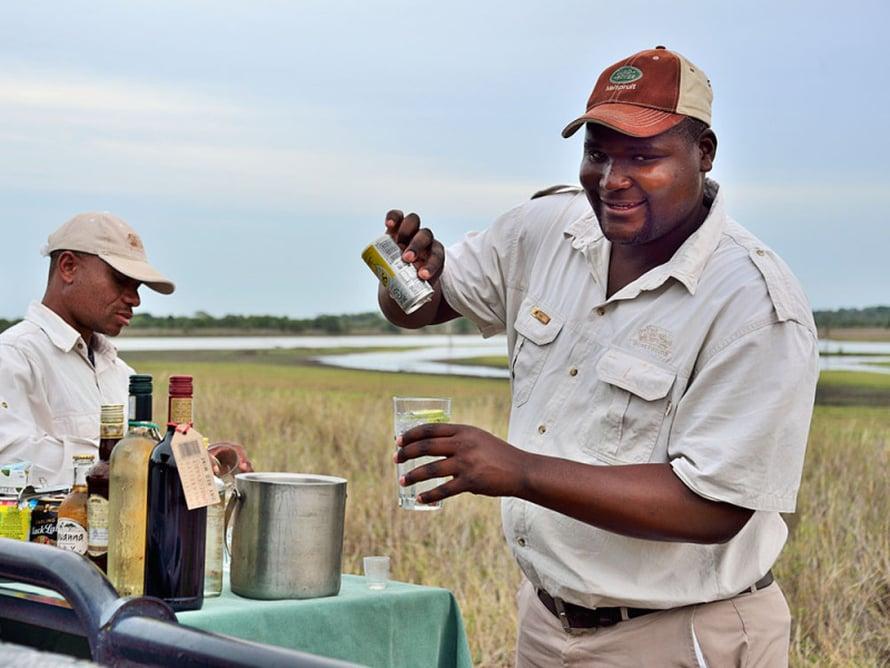 Tähystäjä hoitaa safariajolla sujuvasti myös baarimikon tehtävät.