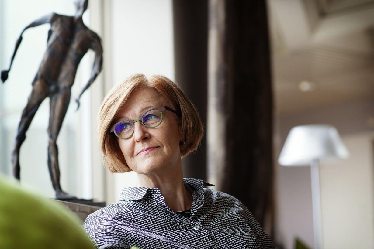 Päivi Hietanen, 62, on Lääkärilehden päätoimittaja, joka työskenteli HYKS:n syöpälääkärinä 1979–2003. Hän opettaa muille lääkäreille vuorovaikutustaitoja ja pitää yksityisvastaanottoa.