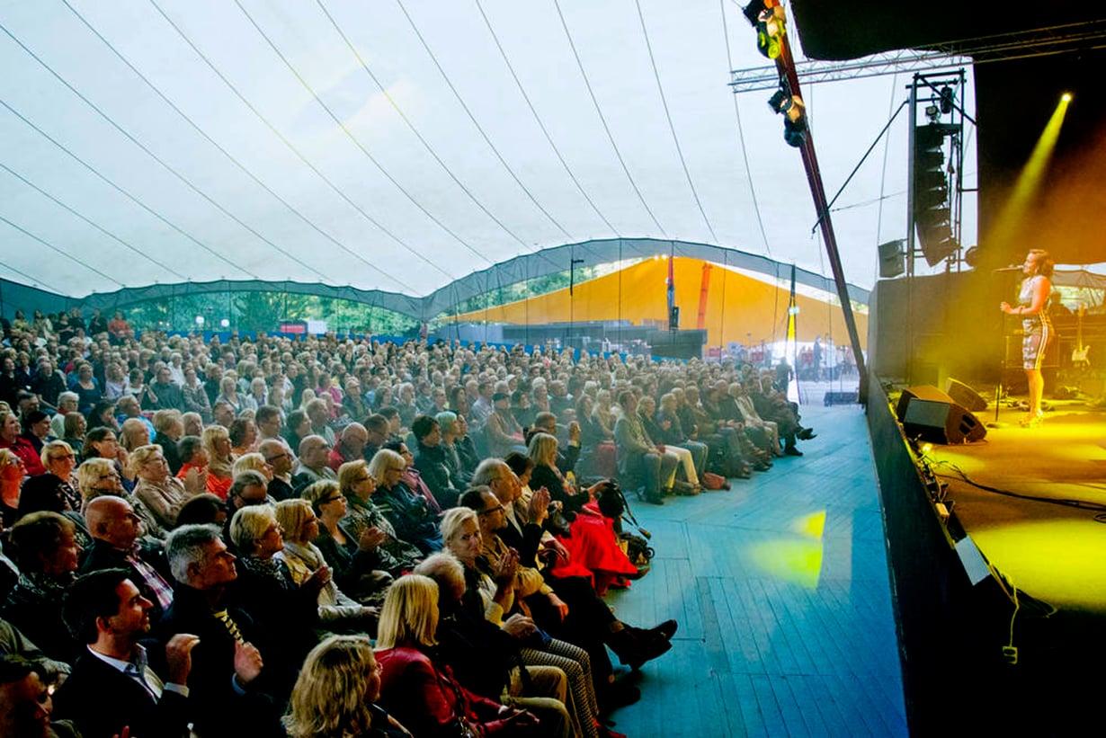 Helsingin juhlaviikkojen Huvila-teltta täyttyi viime kesänä.