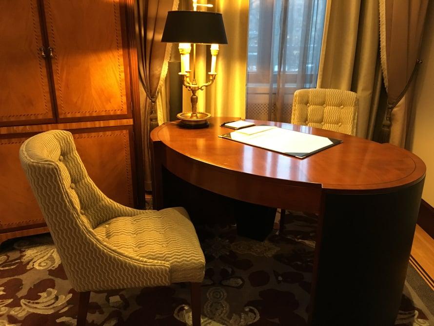 Pienemmän oleskeluhuoneen vakiokalusteisiin kuuluu kirjoituspöytä.
