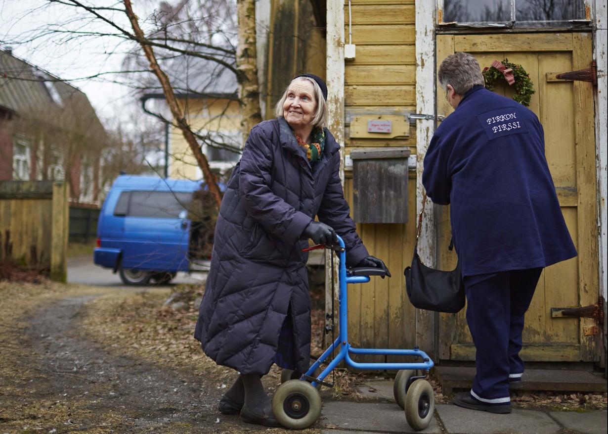 Taksiautoilija Pirkko Fagerholm ei koskaan jätä asiakastaan Reeaa pihalle vaan vie sisälle asti.