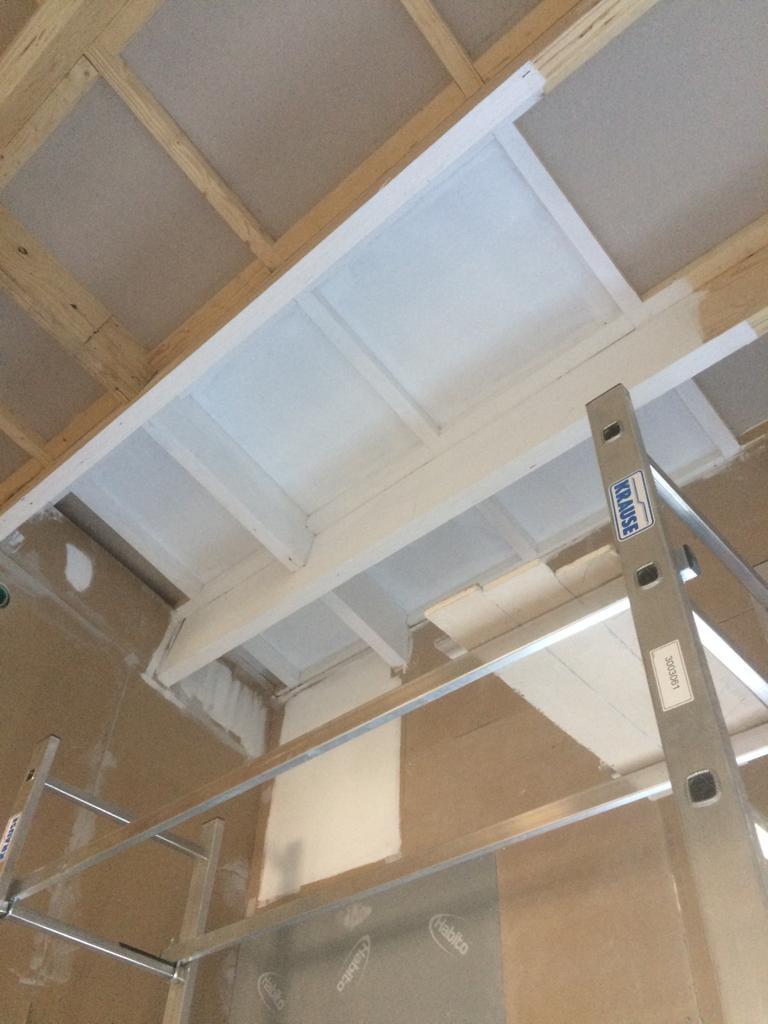 Ennen kuin maalausporukka saapuu, päätimme kokeilla, miltä valkoinen katto näyttää, kun rakenteet jäävät näkyviin. No sehän toimii just niin kuin ajattelimme!
