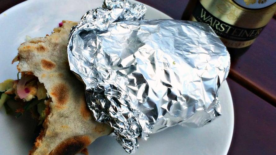Klik, puoliksi syöty turkkilainen pitsa – ja normaalit ruokajuomat.
