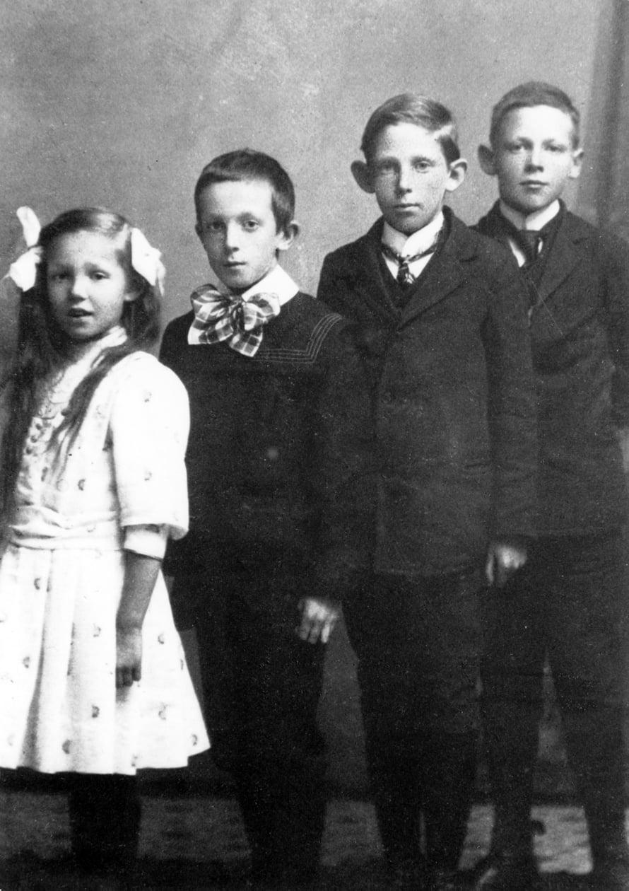 Alvar Aalto kuvassa oikealla.