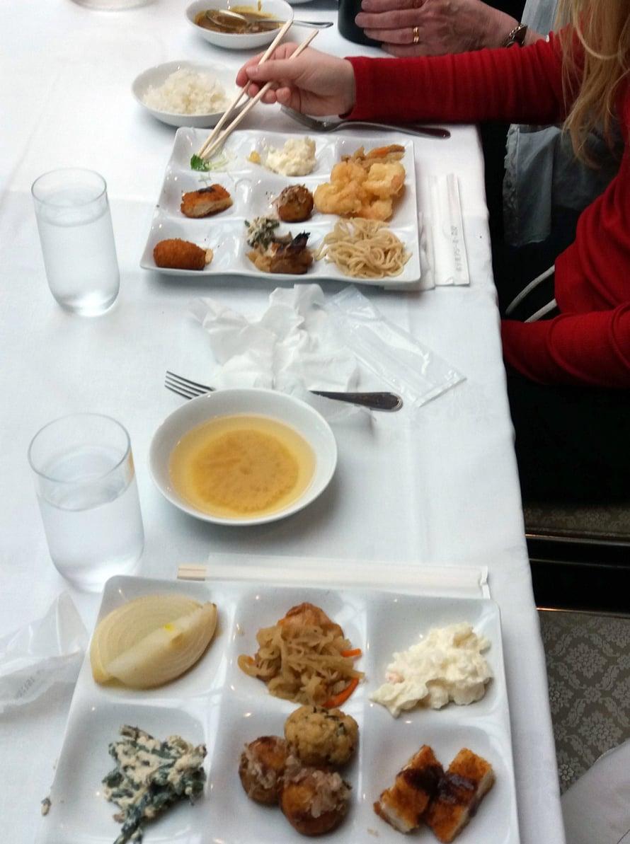 Aterioilla oli tyypillisesti aina monta astiaa, Kerttu kuvailee.