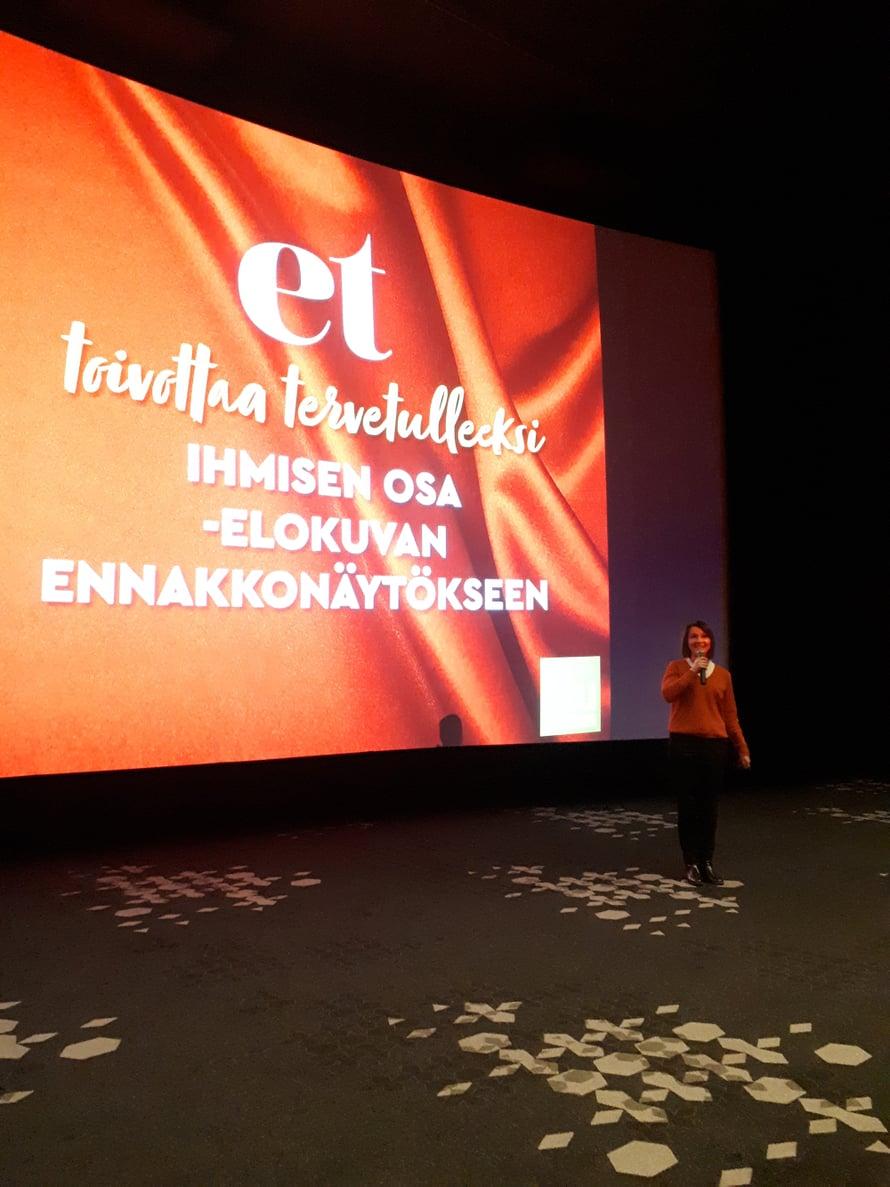 ET:n päätoimittaja Katriina Palo-Närhinen toivotti lukijat tervetulleeksi ennakkonäytökseen.