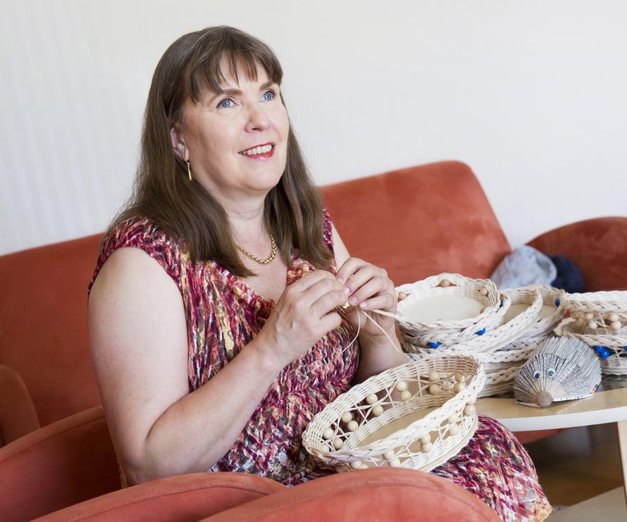 Kaisa Penttilä rakastaa käsitöitä ja pyörittää päivätyönsä ohessa pientä käsityöyritystä.