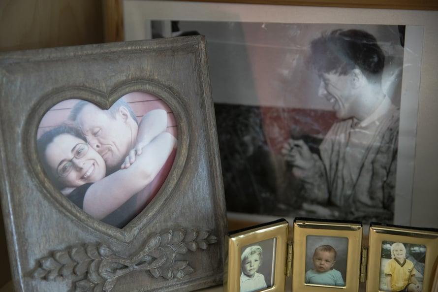 Vitriinin rakkaushylly. Vasemmalla vaimo, oikealla isä, alla pojat.