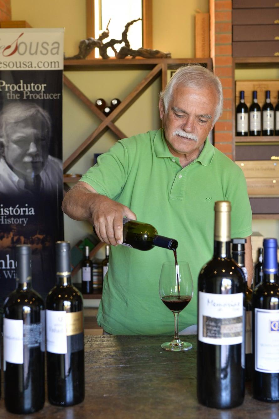 Quinta da Gaivosan isäntä Domingos Alves de Sousa, 66, tarjoaa mieluusti viiniä vierailleen.