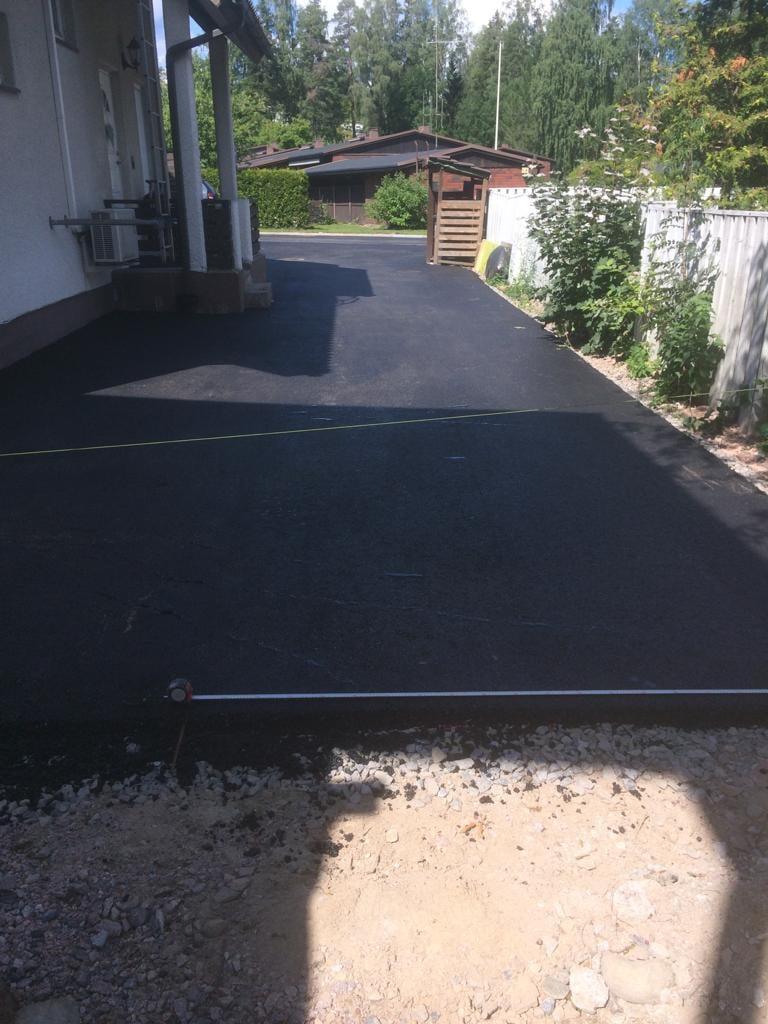 Pihatie sai uuden asfaltin ja loppu hoidetaan pihakivetyksellä.