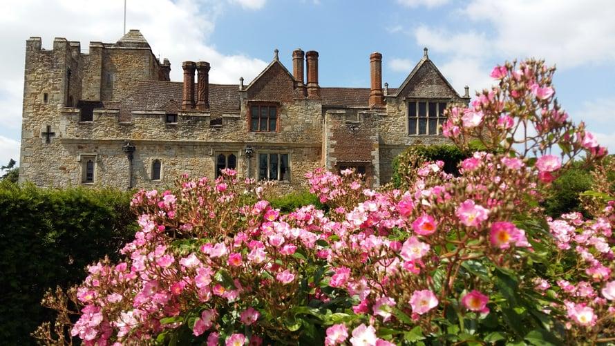 Hever Castlen julkisivu on vaikuttavampi, mutta tällä puolella sattui kasvamaan ruusuja.