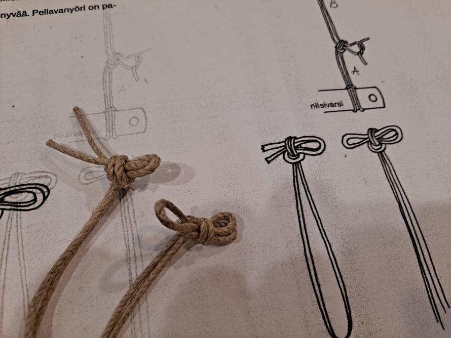 Vasarasolmuja. Vasemmanpuoleinen nyöri on pohjukka, oikeanpuoleinen avoin nyöri.