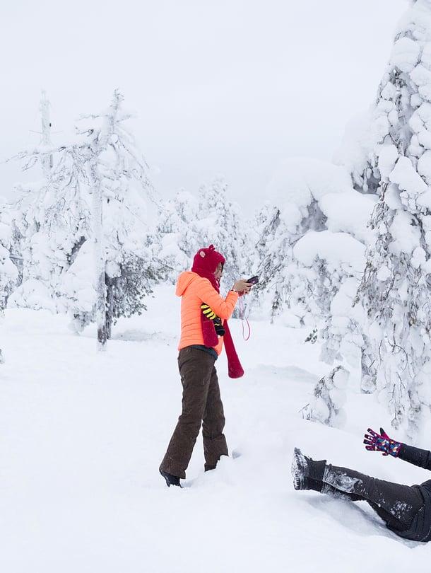 Puhdas valkea lumi on aasialaisille huikea elämys. Joka hetki pitää saada talteen.