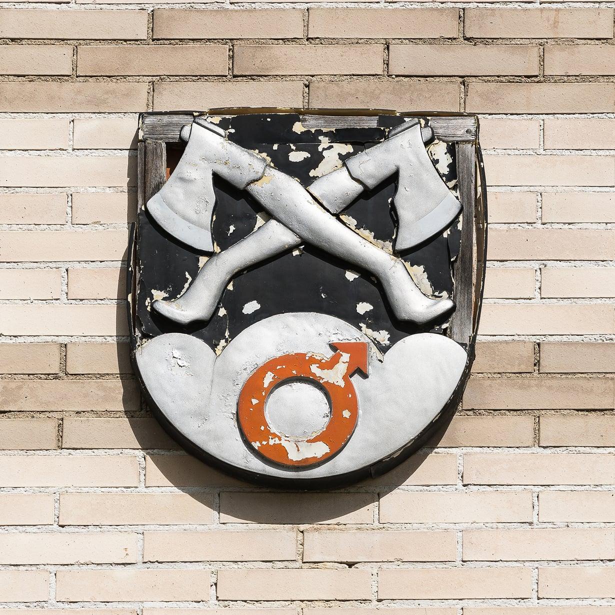 Rautavaaran vaakuna kunnantalon seinällä on vähän siipeensä saanut niin kuin on kuntakin.