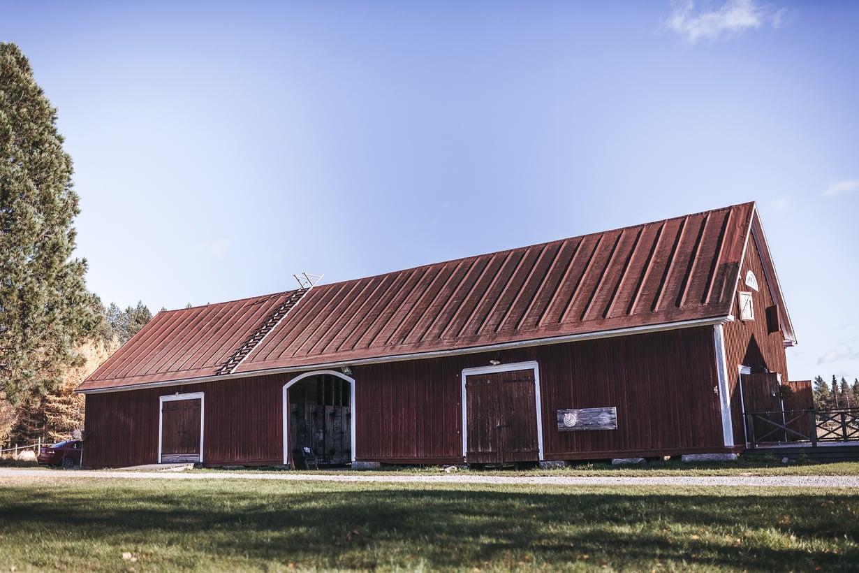 Vanhaan aittaan on kunnostettu viehättävä kesäkahvila. Talon toisessa päässä on avara juhlatila.