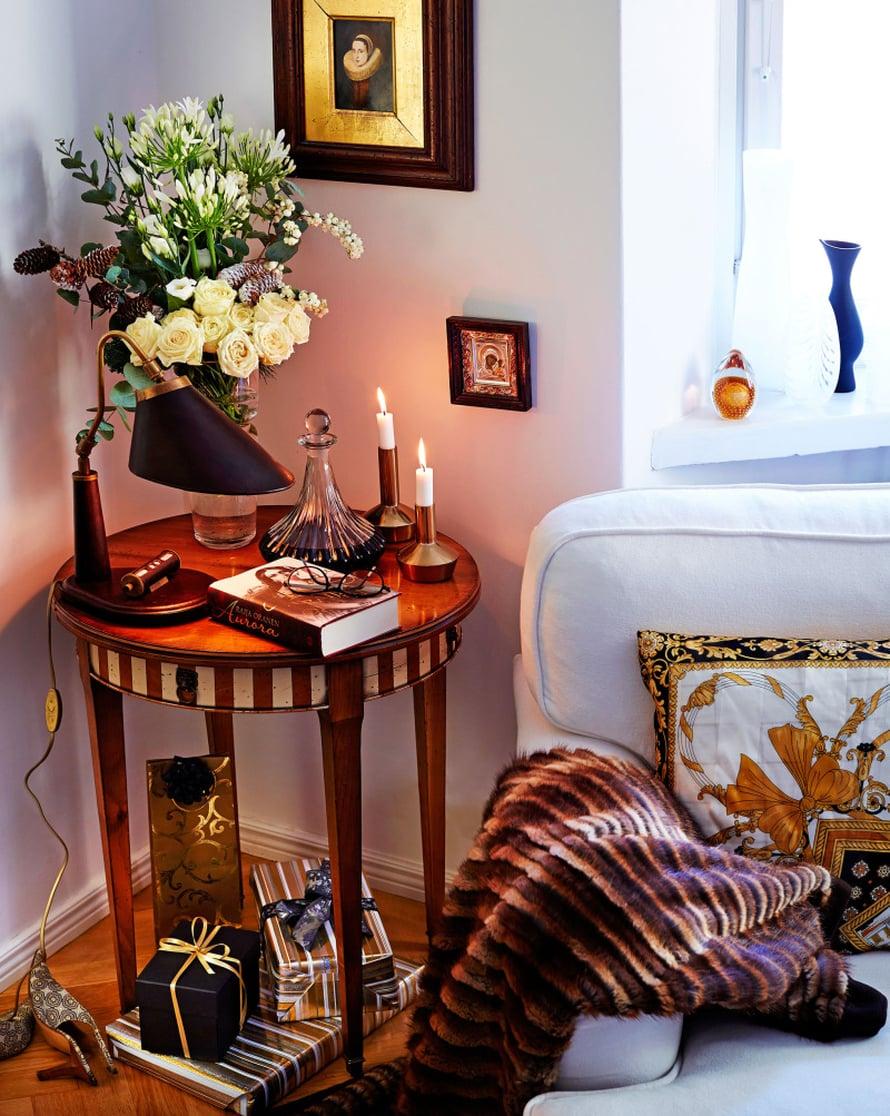 Mummilta peritty vanha turkki kannattaa tuunata torkkupeitoksi. Aikansa palvelleista huiveista syntyy muodikkaita tyynynpäällisiä. Pienikin lahja kannattaa paketoida hohdokkaasti.Raija Orasen historiallinen romaani Aurora vie Venäjän tsaarin saleihin. Joulun romanttisin ruusukimppu on maustettu kävyillä ja lumimarjoilla.
