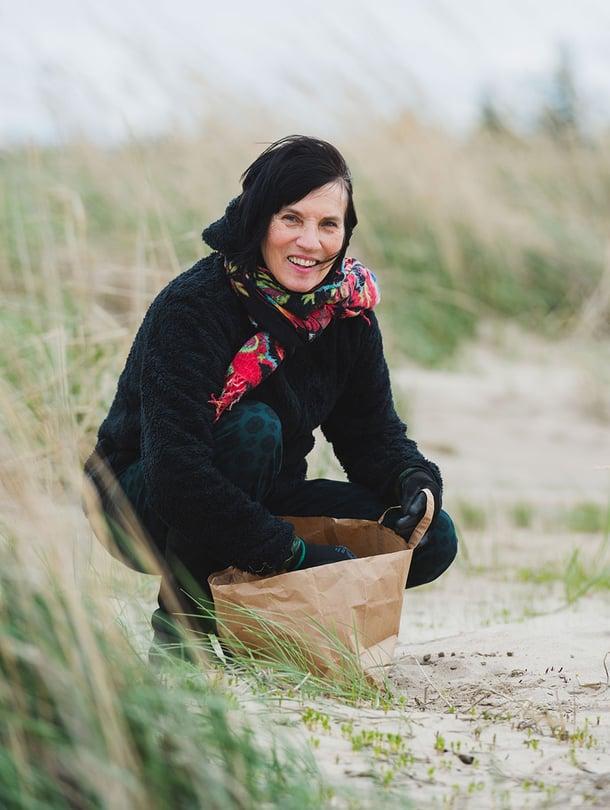 Anni Rapinoja löytää jäniksen papanoita Hailuodon rannoilta. Niistä syntyy taidetta.