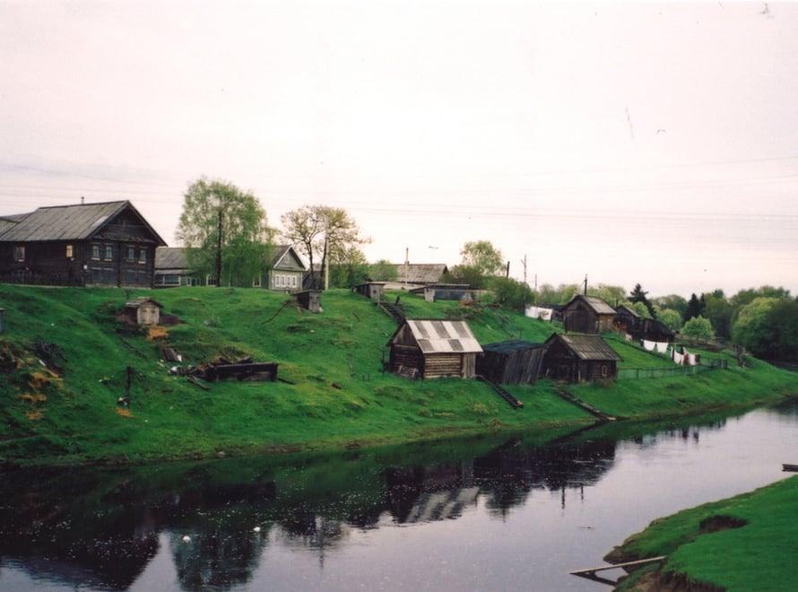 Aunuksen Kuujärven kylässä on kaunis, hiukan melankolisen pysähtynyt tunnelma. Harmaat talot, hiljaisuus, pysähtyneisyys ja riippusillat joen yli. Aunuksessa pärjää loistavasti suomen kielellä, koska 60% on karjalaisia.