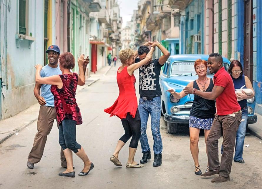 Outi Turunen ja Orlando Freyre, Kersti Kirjalainen ja Lazaro Torres sekä Mirja Tissari ja Yessy Díaz todistavat, että Havannassa voi tanssia vaikka kadulla.