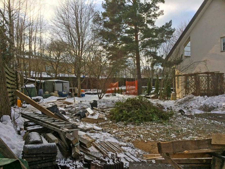 Autotalli on poissa ja kohta tontilla alkavat kaivuutyöt.