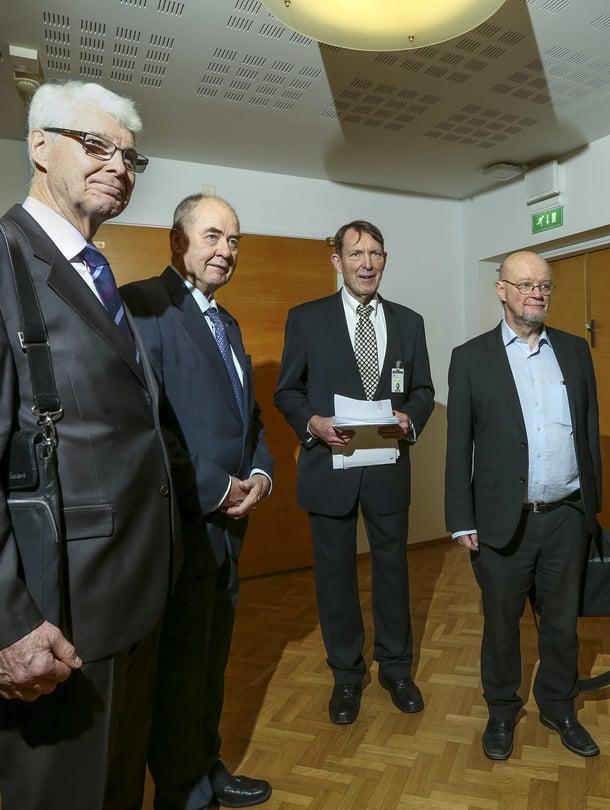 Eutanasia-kansalaisaloitteen luovuttajat, entiset kansanedustajat Henrik Lax, Iiro Viinanen, Esko Seppänen, Osmo Soininvaara ja Ilkka Taipale.
