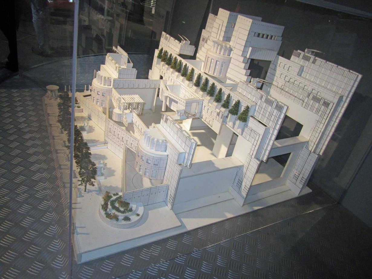 1 MI6:n päämajan pienoismalliin voi myöskin tutustua näyttelyssä. Tosin elokuvassa Skyfall (2012) päämäjassa räjähti pommi ja päämajaa siirrettiin vanhoihin tunneleihin. Miten mahtaa olla uudessa Bond-leffassa Spectressä, jonka ensi-ilta on lokakuussa 2015.