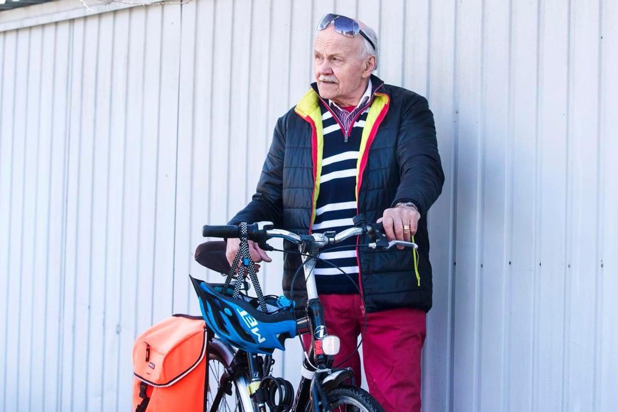 Heino pyöräilee parituhatta kilometriä vuodessa. Kypärä on ollut aina päässä sen jälkeen, kun auto kerran töytäisi hänet asfalttiin.