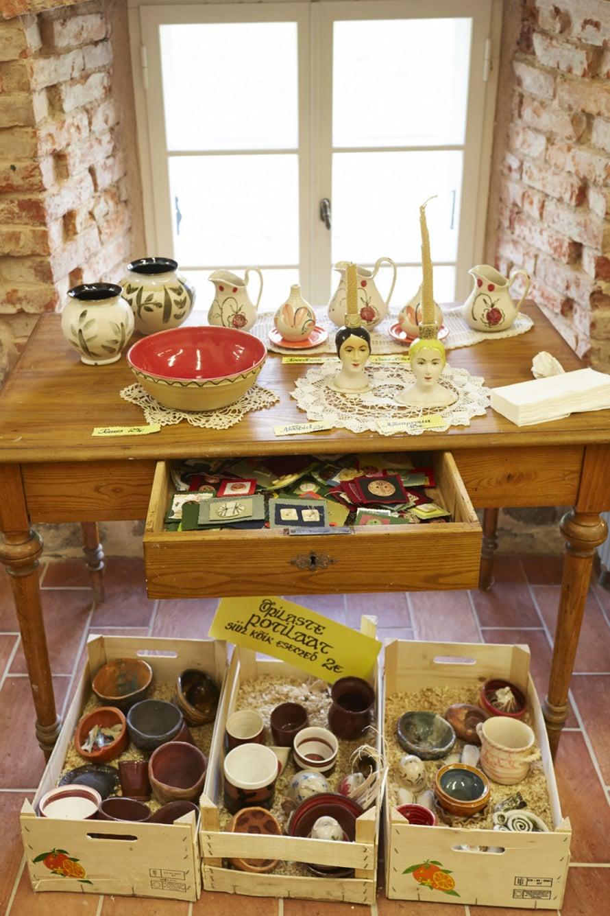 Olustveren keramiikka- ja lasityöpaja sijaitsee viinanpolttimossa, joka on valmistunut 1800-luvun keskivaiheessa.